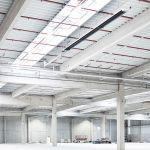Современное промышленное здание, под потолком здания - темный излучатель с технологией конденсации от Schwank.