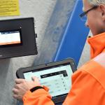 Сотрудник управляет системой управления SchwankControl Touch для систем отопления от Schwank.
